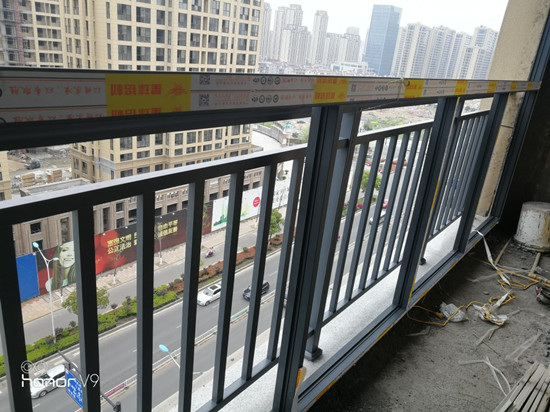 楼盘开发商安装的护栏现场实拍